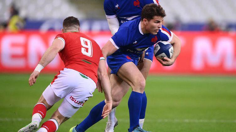 Le rugbyman français Antoine Dupont tente d'éviter le Gallois Gareth Davies, le 20 mars 2021, sur la pelouse du Stade de France. (FRANCK FIFE / AFP)