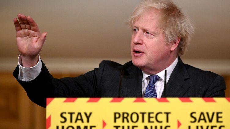 Le Premier ministre britannique lors d'une conférence de presse sur l'épidémie de Covid-19, au 10 Downing Street, à Londres, le 22 janvier 2021. (LEON NEAL / AFP)