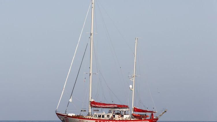 L'Open Arms, navire de l'ONG espagnole Proactiva, photographié le 14 août au large de Lampedusa, île italienne du sud de la Méditerranée. (PAU BARRENA / AFP)