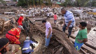 Les secours recherchent des victimes le 1er avril, après la coulée de boue qui a fait plus de 200 morts, à Mocoa, en Colombie. (LUIS ROBAYO / AFP)