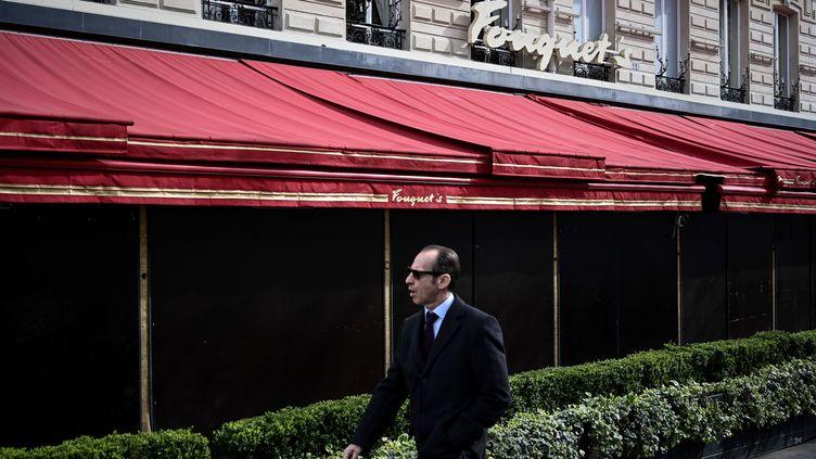 Un homme devant le restaurant Le Fouquet's en mars 2019. (PHILIPPE LOPEZ / AFP)