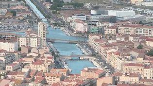 Cela fait plusieurs jours que la France se déconfine progressivement. À Sète (Hérault), les habitants respirent enfin et peuvent à nouveau se balader dans les rues.  (CAPTURE D'ÉCRAN FRANCE 3)