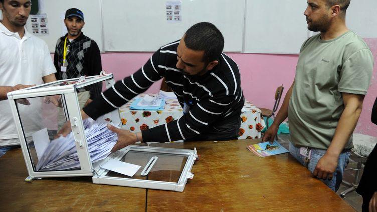 Dépouillement pour les législatives dans un bureau de vote le 10 mai 2012. (FAROUK BATICHE / AFP)