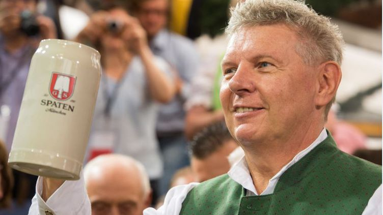 Le maire de Münich (Allemagne) lancela 181e édition de l'Oktoberfest, le 20 septembre 2014, à Münich. (PETER KNEFFEL / DPA / AFP)