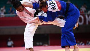 Sara-Léonie Cysique (en blanc) a été disqualifiée en finale des Jeux olympiques, le 26 juillet 2021 à Tokyo. (FRANCK FIFE / AFP)