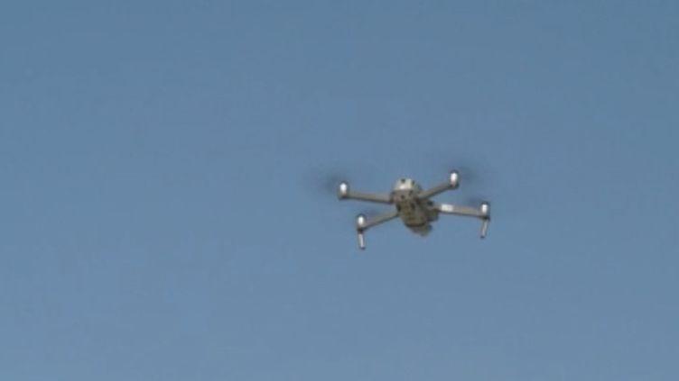 Les plages sont interdites à la population en période de confinement, mais surveiller des kilomètres de côtes n'est pas facile. Alors, pour avoir une vision aérienne, les forces de l'ordre utilisent des drones. Reportage à Granville (Manche). (FRANCE 3)