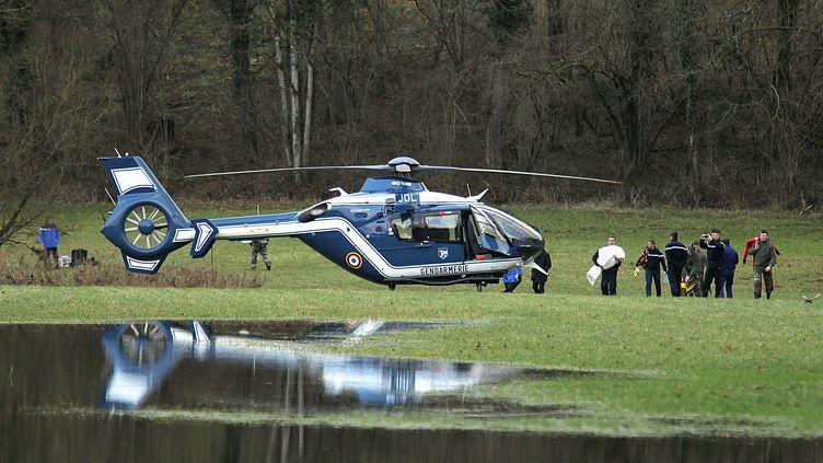 L'hélicoptère s'apprêtant à transporter le corps d'Enzo à Dijon où il doit être autopsié. Le petit garçon de 2 ans a été retrouvé mort à Harreville-les-Chanteurs (Haute-Marne)dans la Meuse , le 24 décembre 2011. (FRANCOIS NASCIMBENI / AFP)