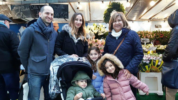 Viviane, 60 ans (à droite sur la photo), venue de Beyrouth (Liban), vagarder les enfants de son fils le 5 décembre, pendant la grève. (BENJAMIN  ILLY / FRANCE-INFO)