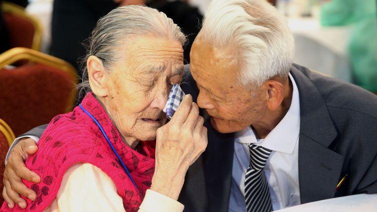 le Sud-Coréen Kwon O-Hui etRi Han-Sik, sa parente nord-coréenne, à l'heure du départ. Après trois jours passés ensemble, alors qu'ils ne s'étaient pas vus depuis 60 ans, ils doivent se faire leurs adieux. Ils ne se reverront probablement jamais. Comme d'autres familles séparées lors de la guerre de Corée, ils auront pu enfin se revoir sous haute surveillance pendant seulement douze petites heures, fractionnées en six rencontres de deux heures.Les familles séparées n'ont aucun moyen de communiquer et ignorent souvent si leurs proches sont encore vivants. (RÉPUBLIQUE DE CORÉE OUT AFP PHOTO / POOL / La Corée presse)