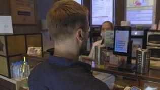En Russie, un client paye sa consommation par reconnaissance faciale. (CAPTURE ECRAN FRANCE 3)