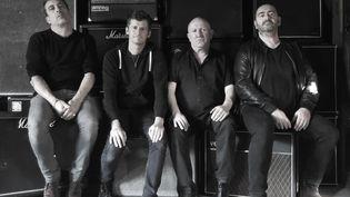 De gauche à droite :Luc Robène(guitare),Vincent Bosler(chant, guitare),Denis Barthe(batterie),Olivier Mathios(basse) (The Hyènes)