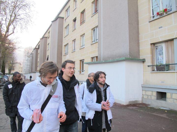 Des membres du MJS lors d'une opération de porte-à-porte pour inciter les jeunes à s'inscrire sur les listes électorales, le 10 décembre 2011 à Clichy-sous-Bois (Seine-Saint-Denis). (ILAN CARO / FTVI)