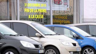 Un concessionnaire de voitures à Lille (Nord), le 27 décembre 2010, lors de la fin de la prime à la casse, qui avait soutenu le marché automobile cette année-là. (PHILIPPE HUGUEN / AFP)
