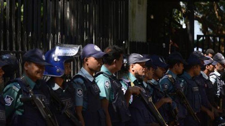 Des policiers bangladeshis protègent l'entrée du Tribunal international des crimes de guerre à Dacca lors de la tenue d'un procès le 29 octobre 2014. (AFP - Munir Uz Zaman)