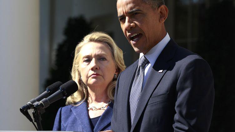 Barack Obama s'exprime sur la mort de l'ambassadeur américain après l'attaque de Benghazi (Libye), aux côtés d'Hillary Clinton, le 12 septembre 2012 à Washington. (JASON REED / REUTERS)