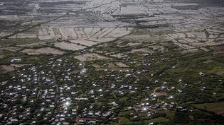 Zones résidentielles et champs inondésprès de Beledweyne, en Somalie, le 14 décembre 2019. (LUIS TATO / AFP)