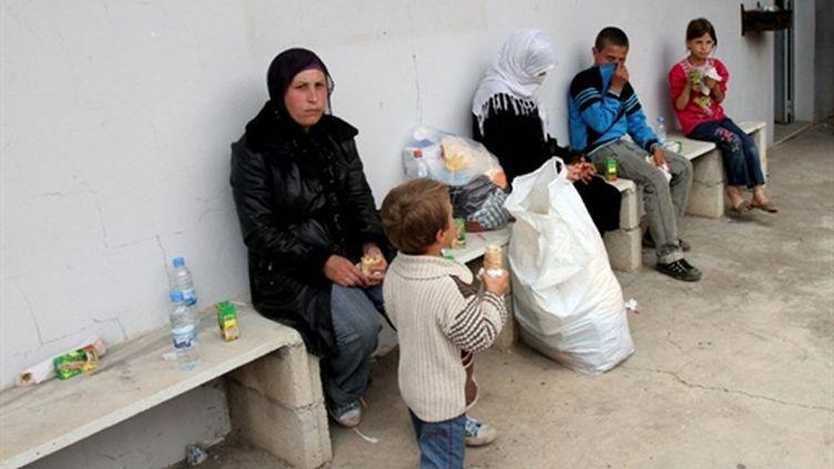 Famille syrienne, assise dans une école à Bireh ( Liban) après avoir fui la Syrie, le 16 mai 2011 (AFP/Anwa AMRO)
