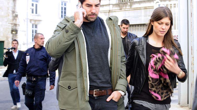 Nikola Karabatic et sa compagne, Géraldine Pillet, suivis par Luka Karabatic, quittent le tribunal de Montpellier, le 16 octobre 2012. (PASCAL GUYOT / AFP)