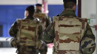 Des militaires patrouillent, le 1er avril 2015, dans la gare de Saint-Etienne (Loire). (  MAXPPP.)