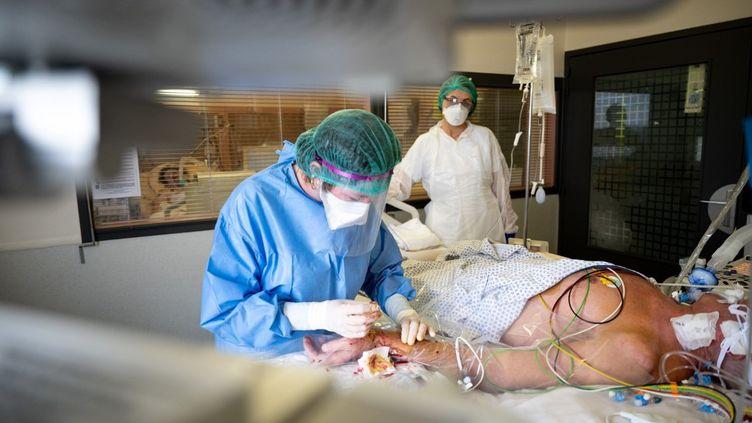 De internes s'occupent d'un patient atteint du coronavirus à Anonay (Ardèche), le 28 avril 2020. (BASTIEN DOUDAINE / HANS LUCAS)