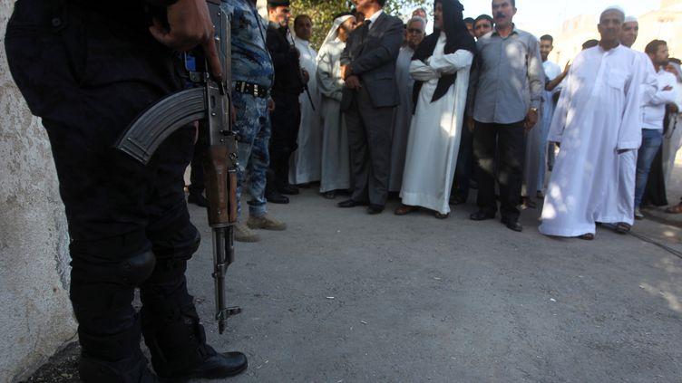 Les forces de sécurité irakiennes à l'entrée d'un bureau de vote à Bagdad, le 30 avril 2014. (AHMAD AL-RUBAYE / AFP)