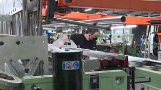 Dans l'Ariège, un groupe équipementier automobile a mis en place un plan de sauvegarde pour l'emploi : avec un jour de moins de travail pour les salariés, mais une baisse de 11% de leur salaire. (FRANCEINFO)
