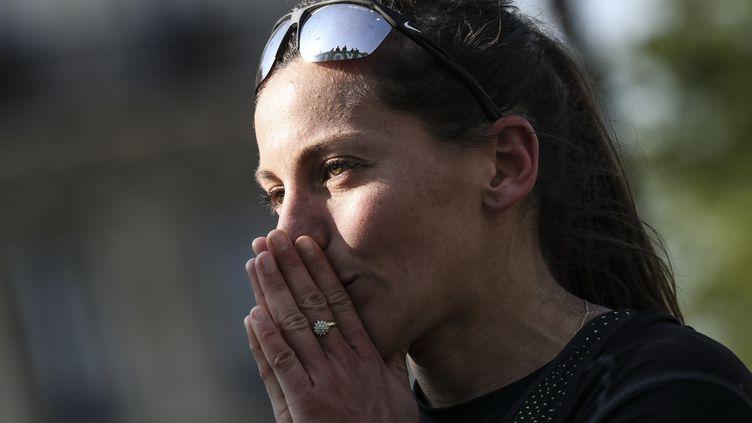 La marathonienne française Clémence Calvin à l'issue du 43e marathon de Paris, le 14 avril 2019. (KENZO TRIBOUILLARD / AFP)
