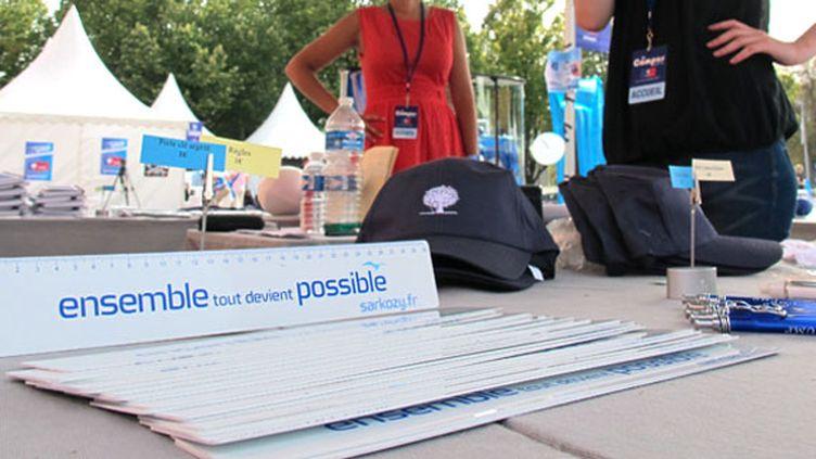 """Goodies portant le slogan de l'UMP """"Ensemble, tout devient possible"""" lors du campus d'été de la majorité début septembre à Marseille. (Bastien HUGUES/ FTVi)"""