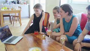 Le dimanche pascal est habituellement l'occasion de repas en famille. Alors, avec le confinement qui en est à son 27e jour dimanche 12 avril, les retrouvailles se font en visioconférence. (France 3)