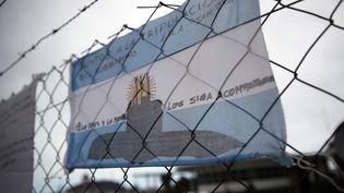 """Dessin représentant le sous-marin """"San Juan"""", accroché sur les grilles de la base navale de Mar del Plata, en Argentine, le 20 novembre 2017. (MARCOS BRINDICCI / REUTERS)"""