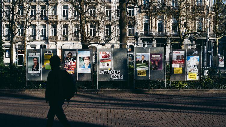 Des affiches de campagne pour les élections municipales à Lille (Nord), le 18 mars 2020. (HUGO CLARENCE JANODY / HANS LUCAS / AFP)