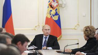 Le président russe, Vladimir Poutine, lors d'une réunion avec les membres du Conseil de sécurité russe, le 9 septembre 2013 dans sa résidence de Novo-Ogaryovo, près de Moscou (Russie). (RIA NOVOSTI / REUTERS)