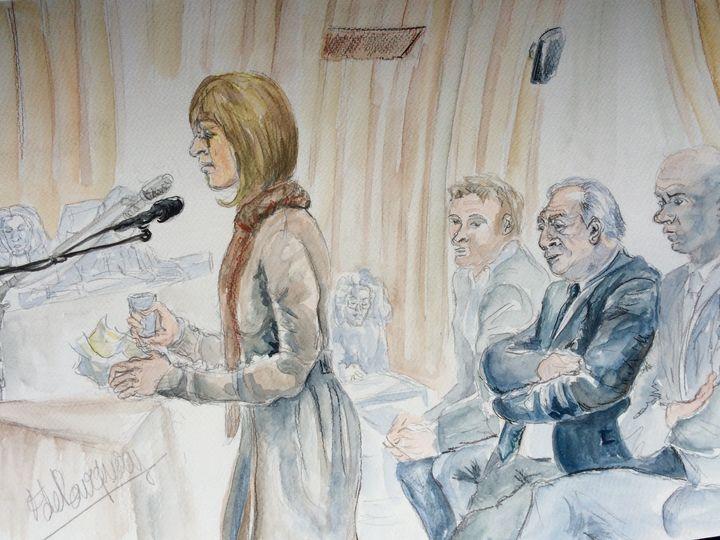 Jade, ex-prostituée partie civile, (à gauche), avec Dominique Strauss-Kahn à l'arrière, le 11 février 2015 au tribunal correctionnel de Lille (Nord). (ELISABETH DE POURQUERY / FRANCETV INFO)