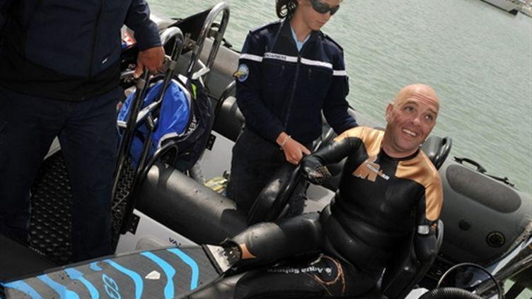 Philippe Croizon se préparant à traverser la Manche à la nage au mois de mai 2010 (AFP/PIERRE ANDRIEU)