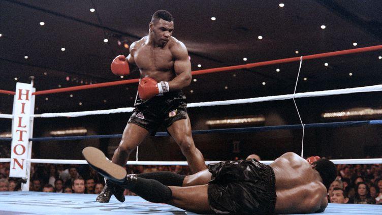 Mike Tyson face à Trevor Berbick en 19886. (CARLOS SCHIEBECK / AFP)