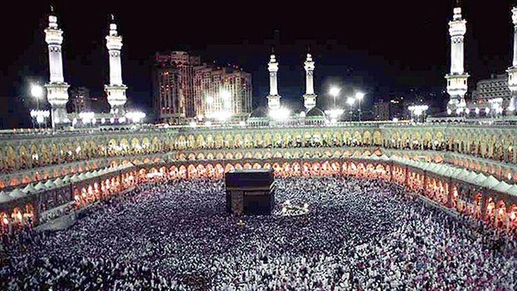 Des centaines de milliers de musulmans rassemblés autour de la Kaaba. (AFP / Mahmoud Mahmoud)