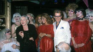 Line Renaud et Michou entourent Dalida lors d'une soirée dans un cabaret. (LECOEUVRE PHOTOTHEQUE)