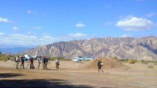 Les deux hélicoptères avant le crash, le 9 mars 2015 près de Villa Castelli (Argentine). (ALDO PORTUGAL / AFP)