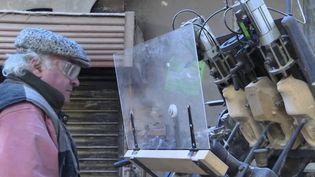 Pour perpétuer la tradition, le dernier sabotier du Morbihan souhaite transmettre son héritage des sabots en bois, avant de partir à la retraite. (CAPTURE D'ÉCRAN FRANCE 3)