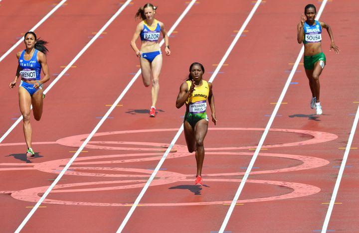 Quelques semaines après le diagnostic d'un cancer du sein, Novlene Williams-Mills a disputé les séries du 400m, le 3 août 2012. (GABRIEL BOUYS / AFP)