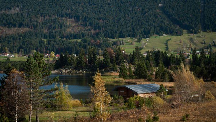 Le lac des Rousses (Jura), à la fin du mois d'octobre 2013. (MAXPPP)