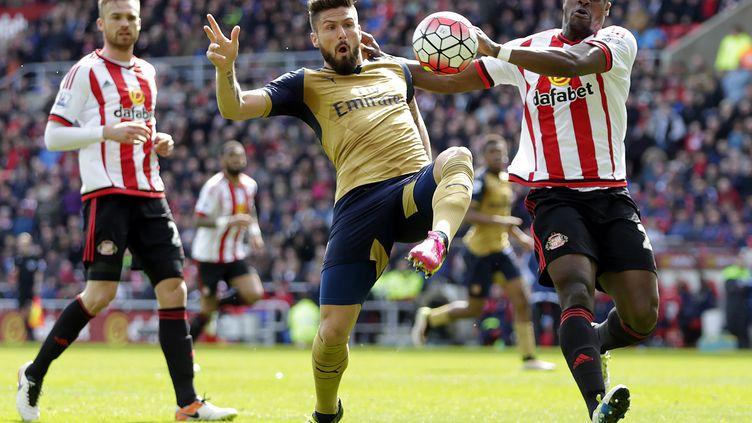 Olivier Giroud (Arsenal) tente de s'extirper de la défense de Sunderland (GRAHAM STUART / AFP)