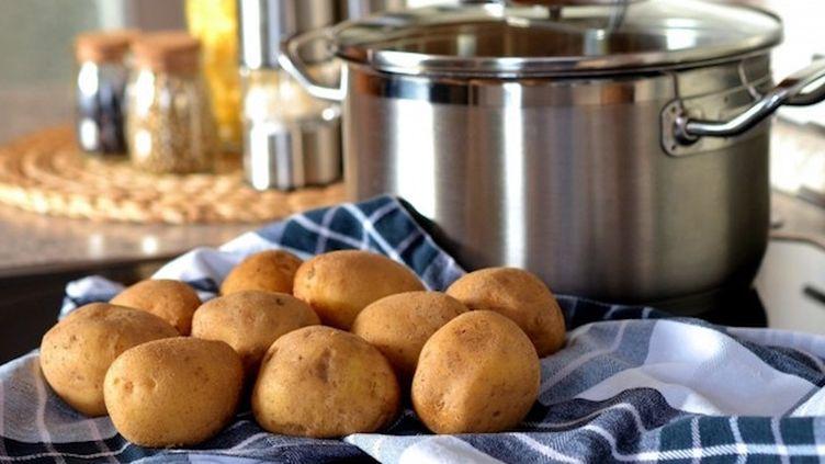 Cuire des pommes de terre blondes plutôt que des pommes de terre brunes peut diminuer l'exposition alimentaire de 64%. ©Visual Hunt