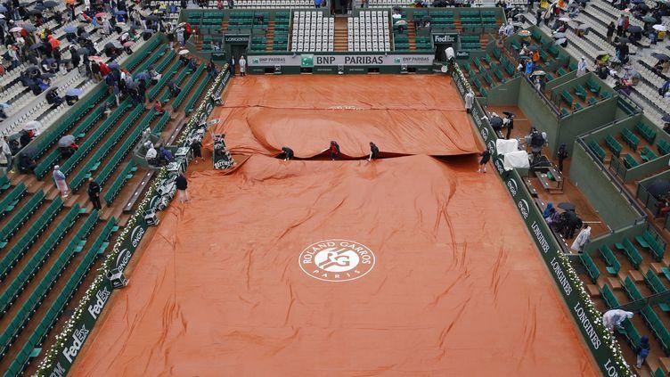Place aux bâches à Roland-Garros (KENZO TRIBOUILLARD / AFP)