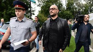 Le dramaturge et cinéaste russe Kirill Serebrennikov (au milieu) après une audition à la Cour de Moscou (04/09/2017)  (RAMIL SITDIKOV / SPUTNIK)