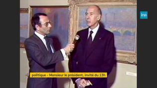 Le président Valéry Giscard d'Estaing interviewé par Yves Mourousi sur TF1 en 1980 à Paris. (INA)
