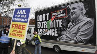 Des soutiens de Julian Assange manifestent devant le tribunal de Woolwich où est examinée la demande d'extradition formulée par les Etats-Unis,lundi 24 février 2020. (DANIEL LEAL-OLIVAS / AFP)