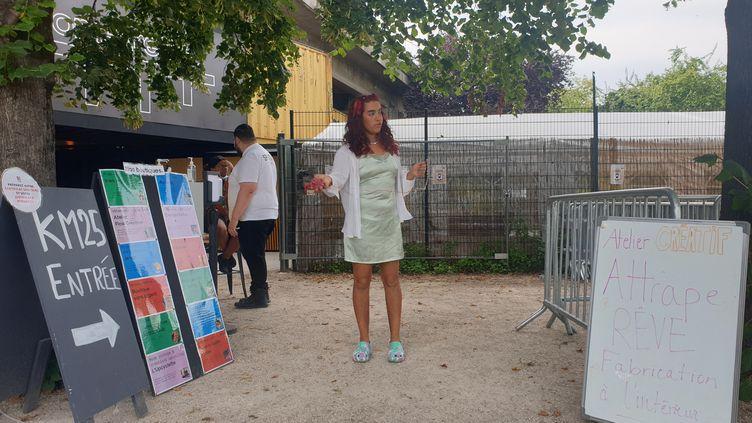 Gabrielle, salariée de la boutique, attend les participants à l'entrée du Kilomètre 25. Paris, le 11 août 2021 (LEELA BADRINATH)
