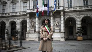 La maire de Turin (Italie), Chiara Appendino, observe une minute de silence en hommage aux victimes de l'épidémie de Covid-19, le 31 mars 2020. (MARCO BERTORELLO / AFP)