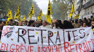 Des syndicalistes de Sud défilent contre la réforme des retraitesprésentée par le gouvernement de François Fillon, le 2 octobre 2010. Le projet, qui consiste essentiellement à relever de 60 à 62 ans l'âge légal de départ à la retraite, a finalement été promulgué au début du mois de novembre. Selon la CGT,3,5 millions de personnes ont défilé dans les rues de France métropolitaine ce jour-là,contre 1,23 million, selon le ministère de l'Intérieur. (MIGUEL MEDINA / AFP)